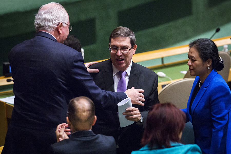 Cuban Foreign Minister Bruno Rodriguez (C) is greeted after speaking before a United Nations General Assembly vote addressing the economic, commercial and financial embargo imposed by the U.S. against Cuba at the United Nations headquarters in New York, October 27, 2015 © Lucas Jackson