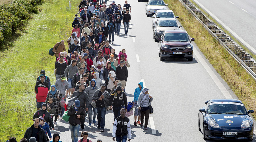 A large group of migrants, mainly from Syria, walk on a highway towards the north, Rodby, Denmark © Scanpix Denmark