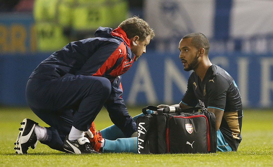 Arsenal's Theo Walcott receives treatment after sustaining an injury before being substituted © Action Images / Lee Smith