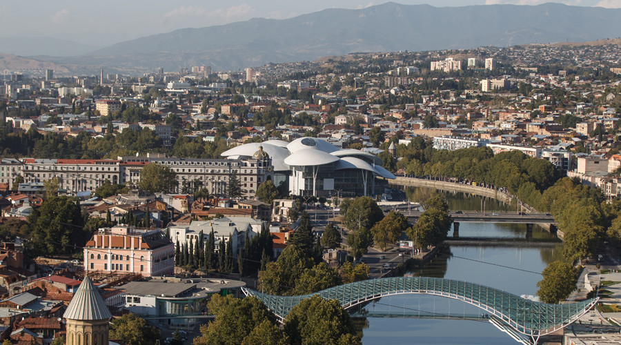 View of the Bridge of Peace and House of Justice in Tbilisi. © Mihail Mokrushin