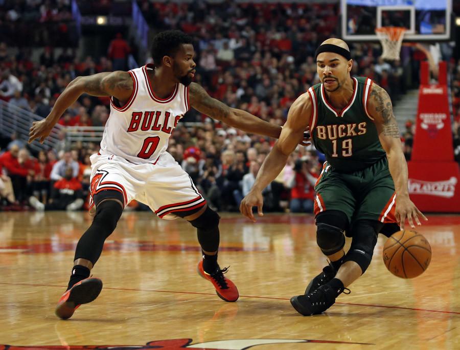 Chicago Bulls guard Aaron Brooks (0) defends against Milwaukee Bucks guard Jerryd Bayless (19) © USA Today Sports