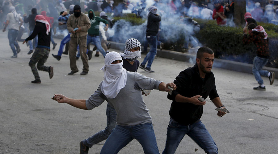 Palestinian protesters hurl stones towards Israeli troops during clashes in the West Bank city of Hebron October 30, 2015. ©Mussa Qawasma