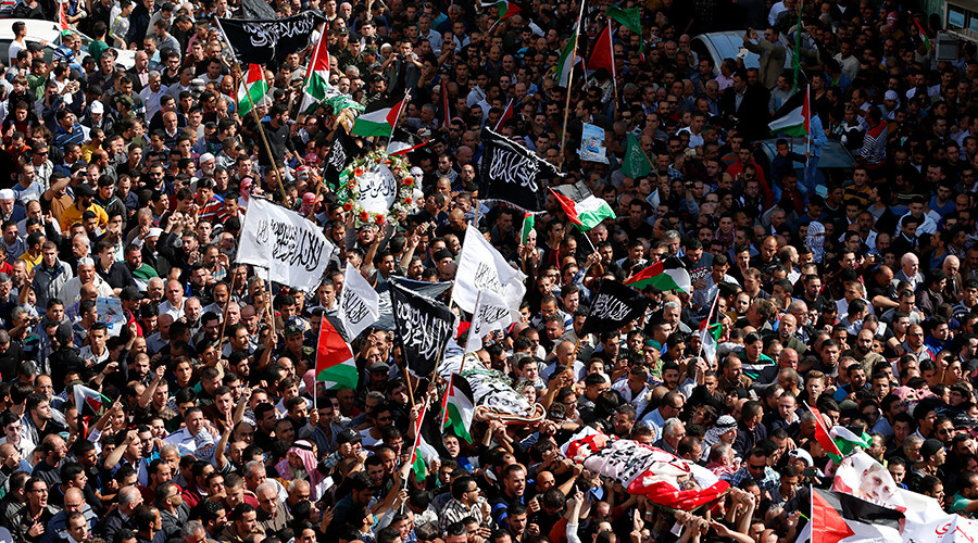 Mourners carry bodies of Palestinians who allegedly stabbed Israelis, after their bodies were released by Israeli troops on Friday, during their funeral in the West Bank city of Hebron October 31, 2015 © Ammar Awad