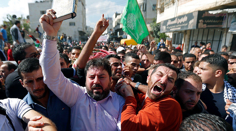 Mourners react while carrying the body of a Palestinian who allegedly stabbed an Israeli, after his body was released by Israeli troops on Friday, during his funeral in the West Bank city of Hebron October 31, 2015 © Ammar Awad