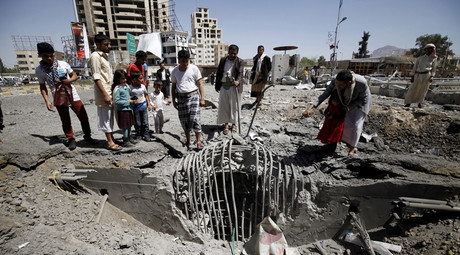 People gather at the site of a Saudi-led air strike which targeted a tunnel leading to the presidential house near the Petrol Station in Yemen's capital Sanaa, October 1, 2015. © Mohamed al-Sayaghi