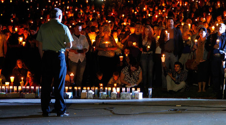© People take part in candle light vigil following a mass shooting at Umpqua Community College in Roseburg, Oregon October 1, 2015. © Steve Dipaola