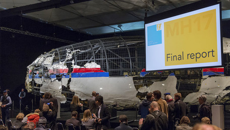 Tjibbe Joustra, chairman of the Dutch Safety Board, presents the final report into the crash of July 2014 of Malaysia Airlines flight MH17 over Ukraine in Gilze Rijen, the Netherlands, October 13, 2015. © Reuters