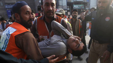 Rescue workers carry a man, who was injured during an earthquake, at the Lady Reading hospital, Peshawar, Pakistan, October 26, 2015. © Fayaz Aziz
