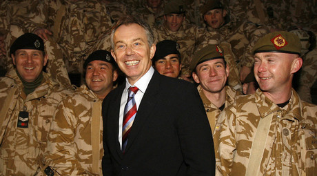 Britain's Prime Minister Tony Blair (C) visits British troops in Basra, southern Iraq © Eddie Keogh
