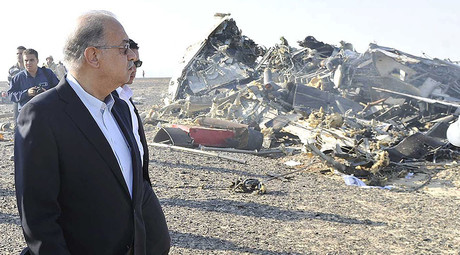 Egypt's Prime Minister Sherif Ismail looks at the remains of a Russian airliner after it crashed in central Sinai near El Arish city, north Egypt, October 31, 2015. ©Reuters