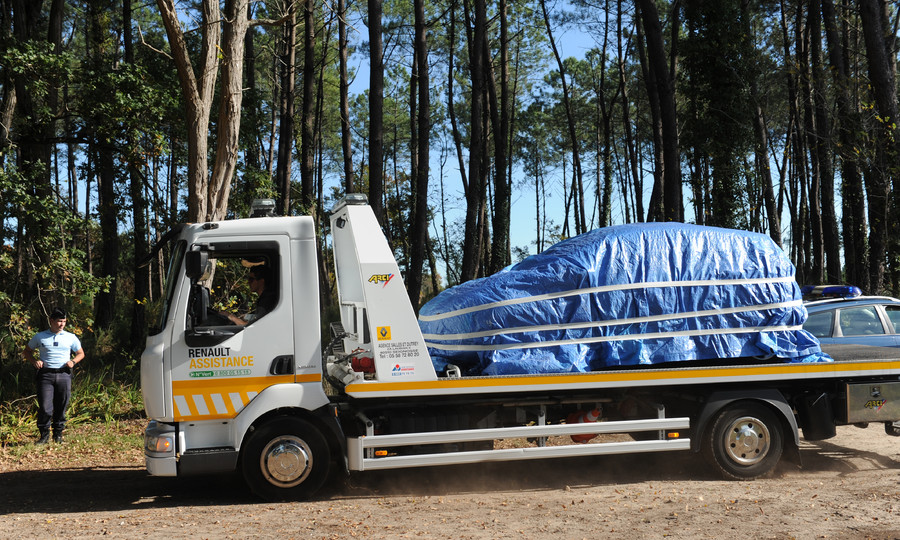 The covered car of former French emergency doctor Nicolas Bonnemaison is on a trailer on October 31, 2015 in a wood between Tosse and Seignosse, southwestern France © Gaizka Iroz