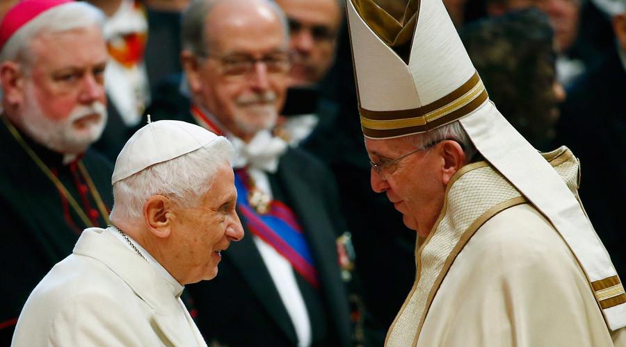 Pope Francis (R) greets Emeritus Pope Benedict XVI © Tony Gentile