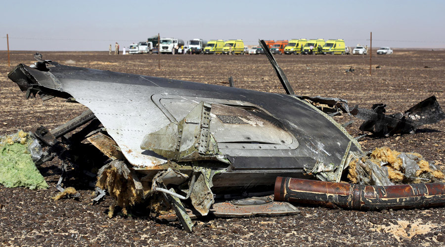 The remains of a Russian airliner are seen at the crash site as rescue crews wait in the al-Hasanah area in El Arish city, north Egypt, November 1, 2015. © Mohamed Abd El Ghany