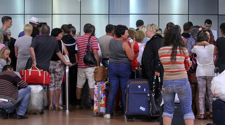 Tourists queue inside the airport in Egypt's Red Sea resort of Sharm El-Sheikh on November 5, 2015. © AFP Photo