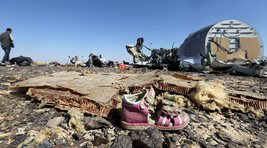 A child's shoe is seen in front of debris from a Russian airliner which crashed at the Hassana area in Arish city, north Egypt, November 1, 2015. © Mohamed Abd El Ghany