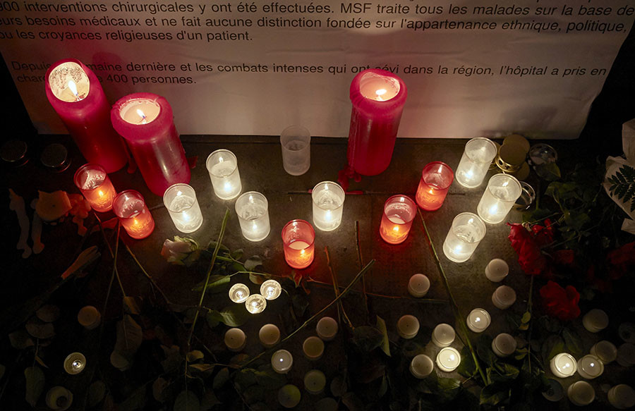 Candles are pictured outside the Medecins Sans Frontieres (MSF) headquarters in Geneva, Switzerland October 7, 2015. © Denis Balibouse