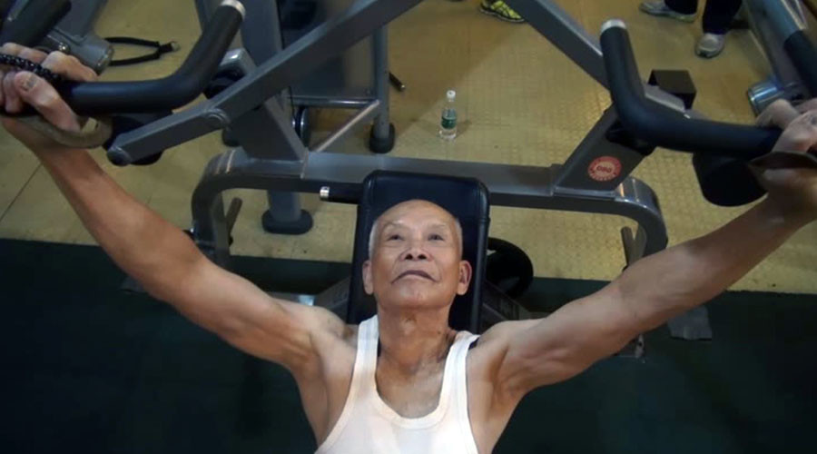 Chinese 'muscular grandpa' in fantastic physical shape at 93yo (VIDEO)