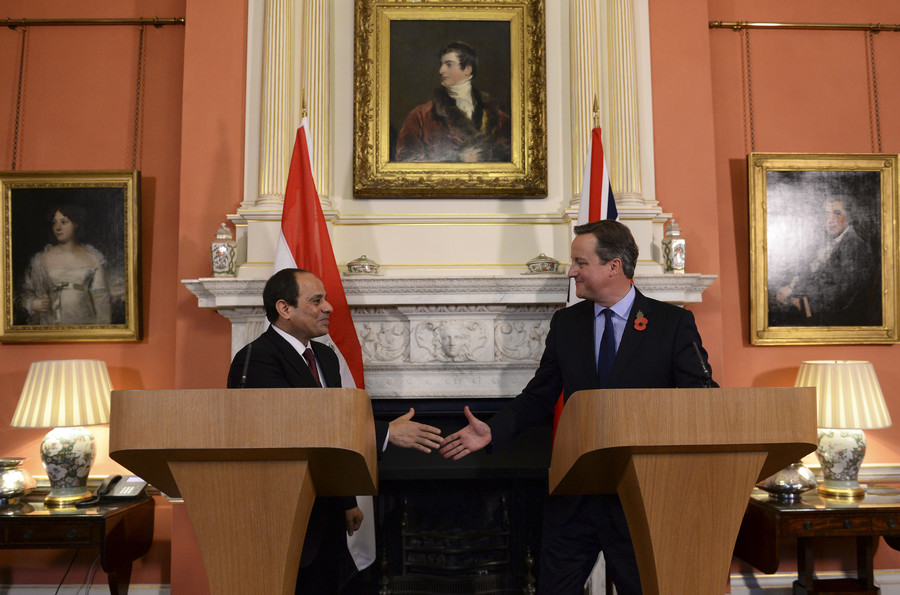 Britain's Prime Minister David Cameron (R) shakes hands with Egypt's President Abdel Fattah al-Sisi during a news conference at Number 10 Downing Street in London, Britain, November 5, 2015 © Stefan Rousseau
