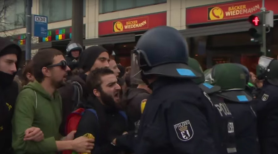 Berlin anti-migrant protest draws thousands, counter-rally scuffles with police (VIDEO)