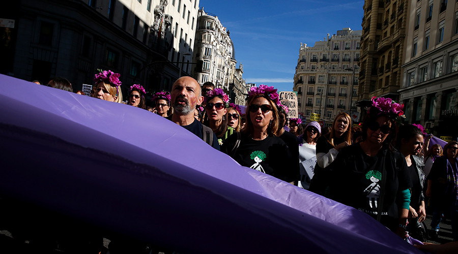 People shout slogans against gender violence during a march in central Madrid, Spain, November 7, 2015 © Susana Vera