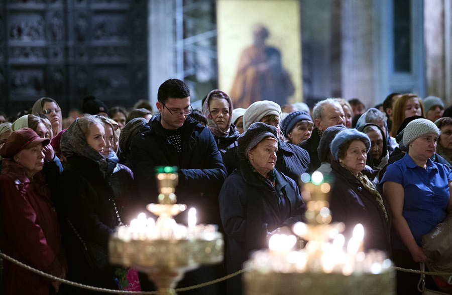St. Petersburg residents during the memorial service for A321 crash victims at St. Isaac Cathedral in St. Petersburg. © Igor Russak
