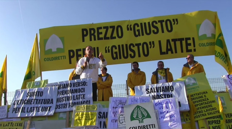 Italian farmers besiege dairy corp with cows & tractors (VIDEO, PHOTOS)