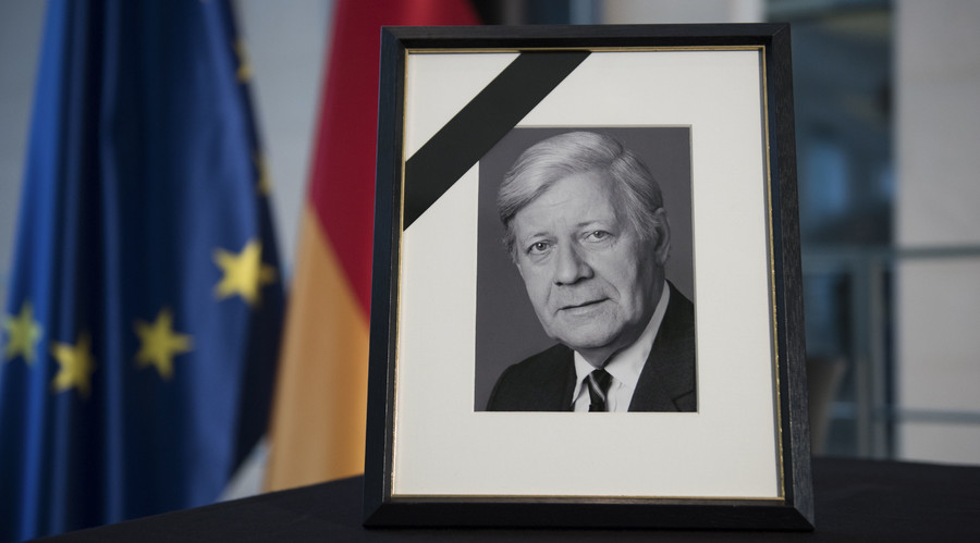 A portrait of former West German Chancellor Helmut Schmidt is placed on a table in the Chancellery in Berlin, Germany, November 11, 2015. © Stefanie Loos