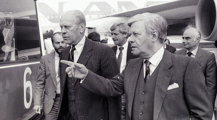 Former U.S. President Gerald Ford (L) arrives on a private visit for talks with former West German Chancellor Helmut Schmidt (R) who welcomed him at Hamburg airport August 29, 1985. © Ulli Michel