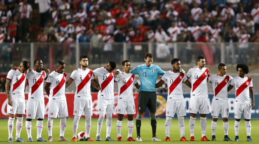Peru's national team players observe a minute of silence for victims of attacks in Paris, before their 2018 World Cup qualifying soccer match against Paraguay © Mariana Bazo