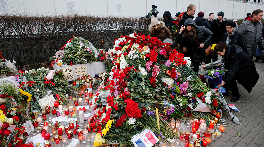 People put flowers near the French embassy to commemorate victims of the Paris attacks, in Moscow, Russia, November 14, 2015 © Maxim Zmeyev