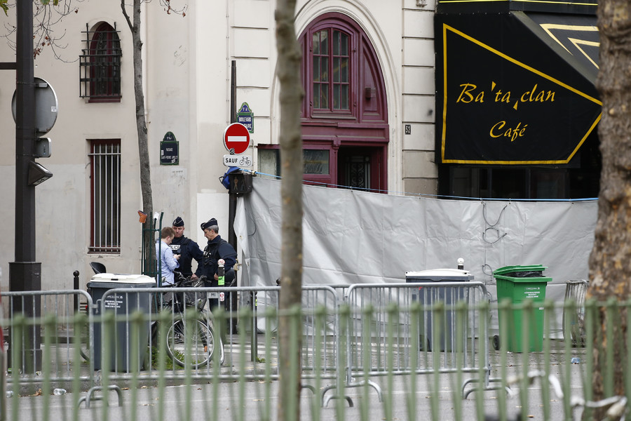 Police secure the area near the screened-off facade of the Bataclan Cafe and its adjoining concert hall the day after a series of deadly attacks in Paris, France, November 14, 2014 © Benoit Tessier