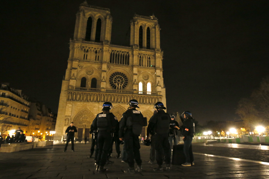 Police patrol near Notre Dame Cathedral following a series of deadly attacks in Paris , November 14, 2015 © Gonazlo Fuentes