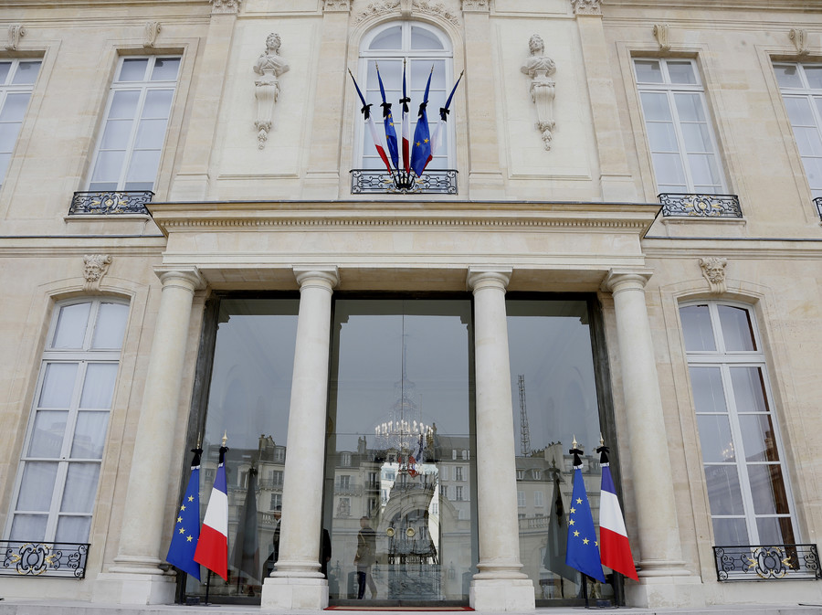 French and European flags are tied with black ribbons as a sign of mourning at the Elysee Palace, the day after fatal shootings in Paris, France, November 14, 2015 © Jacques Brinon