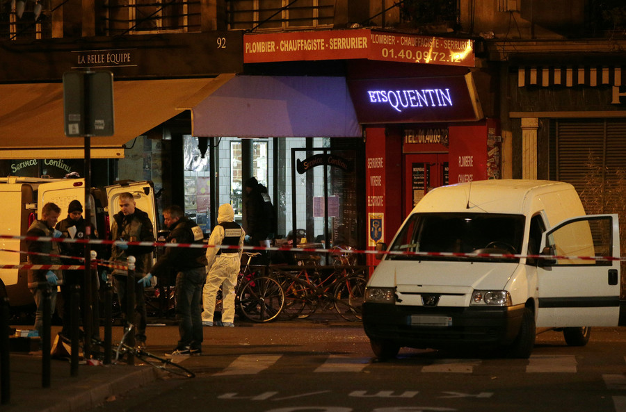 Forensic police search for evidences outside the La Belle Equipe cafe, rue de Charonne, at the site of an attack on November 14, 2015 in Paris, after a series of gun attacks occurred across the city © Jacques Demarthon