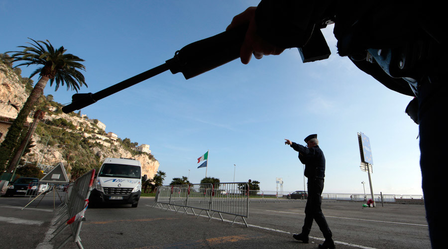 Armed police patrol the checkpoint at Menton, on the Franco-Italian border © Eric Gaillard