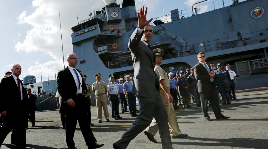 U.S. President Barack Obama departs after his remarks and a tour of the Philippine Navy's BRP Gregorio Del Pilar at Manila Harbor in Manila, Philippines, November 17, 2015.© Jonathan Ernst