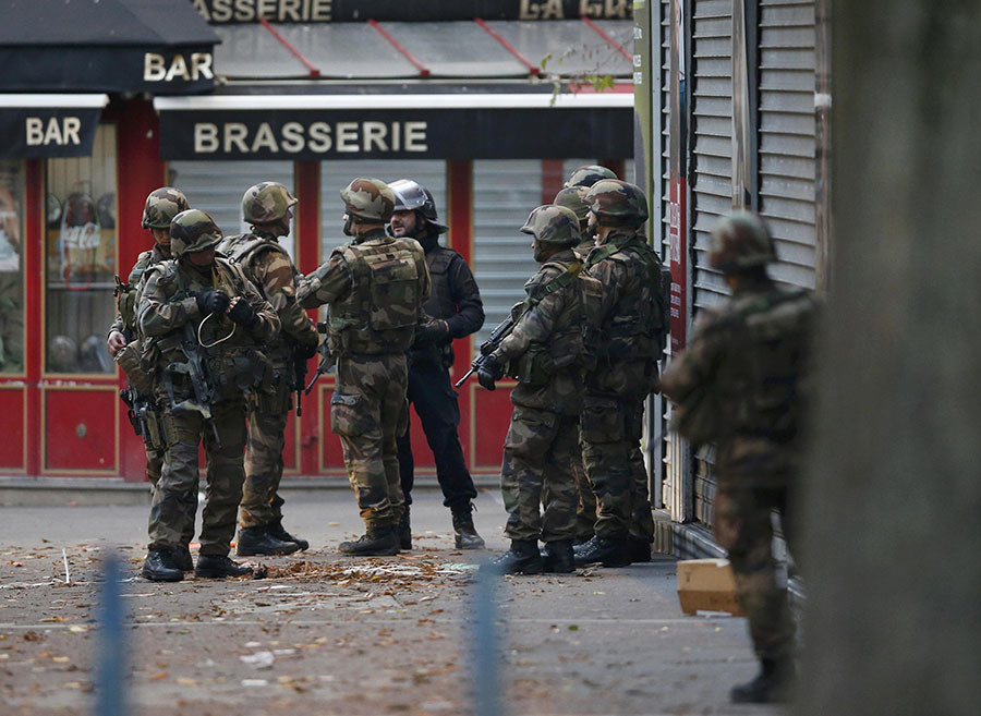 French soldiers secure the area as shots are exchanged in Saint-Denis, France, near Paris, November 18, 2015 during an operation to catch fugitives from Friday night's deadly attacks in the French capital. © Jacky Naegelen