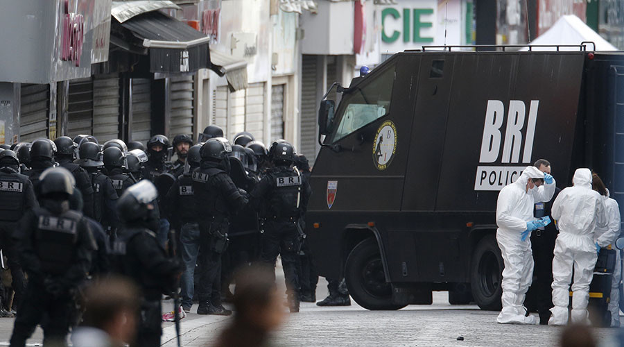 Members of French special police forces of the Research and Intervention Brigade and forensic experts are seen near a raid zone in Saint-Denis, near Paris, France, November 18, 2015 during an operation to catch fugitives from Friday night's deadly attacks in the French capital. © Christian Hartmann