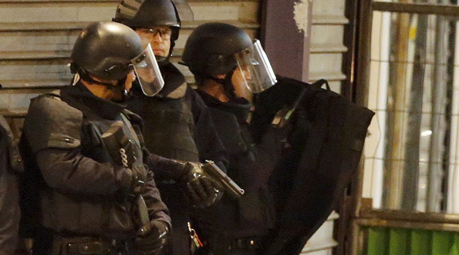 French special police forces secure the area as shots are exchanged in Saint-Denis, France, near Paris, November 18, 2015 during an operation to catch fugitives from Friday night's deadly attacks in the French capital. © Christian Hartmann