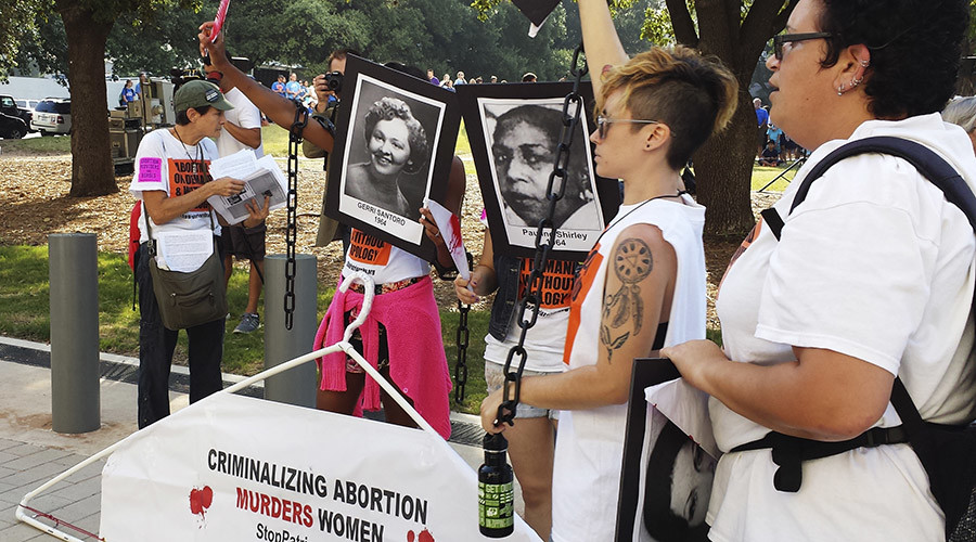 Abortion rights activists protest  a new set of restrictions on abortion clinics in the state outside a US federal court in Austin, Texas August 4, 2014 © Jon Herskovitz