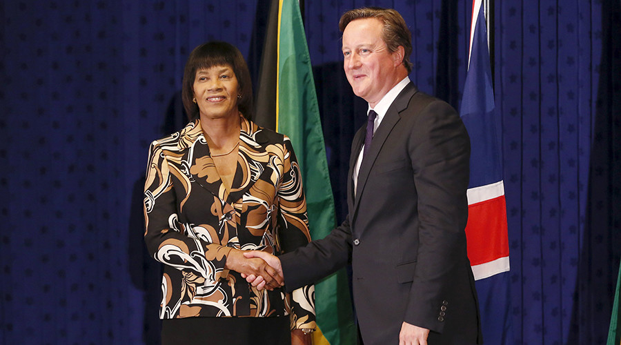 Jamaica's Prime Minister Portia Simpson-Miller (L) shakes hands with her British counterpart David Cameron at the Jamaica House in Kingston, September 29, 2015 © Gilbert Bellamy