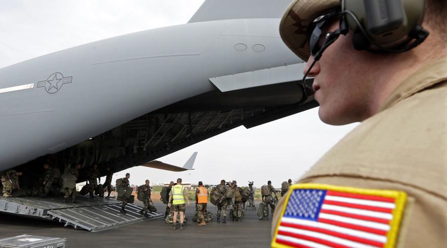 A U.S. soldier next to U.S. Air Force C-17 transport plane in Bamako January 22, 2013. © Eric Gaillard