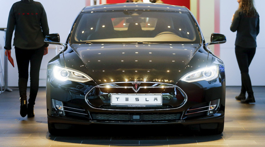 A Tesla car 'Model S' sits in a dealership in Berlin, Germany, November 18, 2015. © Hannibal Hanschke