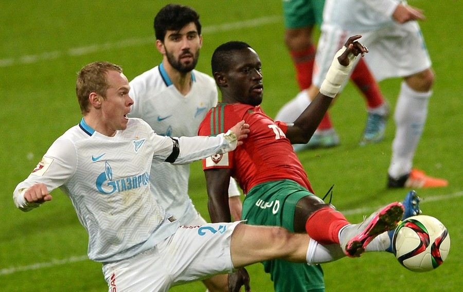 Zenit's Alexander Anyukov, left, and Lokomotiv's Baye Oumar Niasse during the Russian Football Premier League's Round 15 match between Lokomotiv Moscow and Zenit St. Petersburg © Alexey Filippov