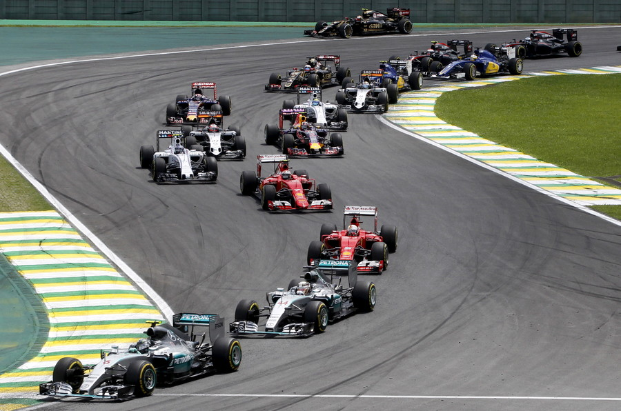 Mercedes Formula One driver Nico Rosberg (L) of Germany leads the pack during the start of the Brazilian F1 Grand Prix in Sao Paulo, Brazil, November 15, 2015 © Paulo Whitaker