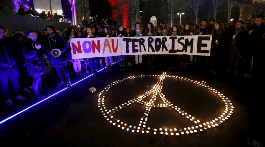 "People gather around candles during a ceremony for the victims the day after a series of deadly attacks in the French capital of Paris, in Lausanne, Switzerland November 14, 2015. The banner reads : ""No to terrorism"". © Denis Balibouse"