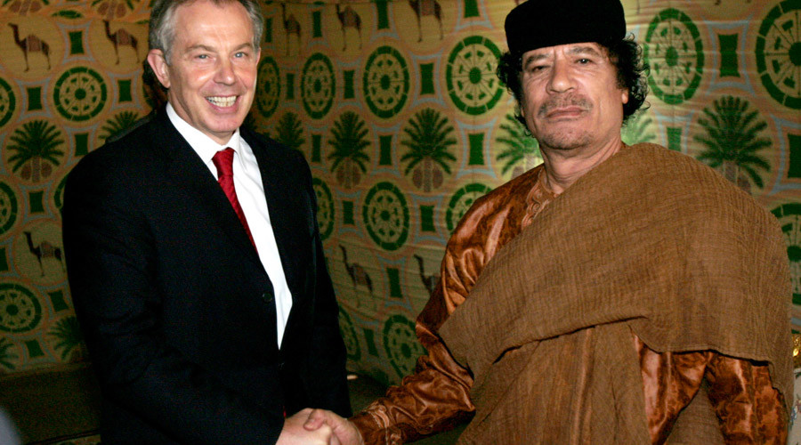 Tony Blair (L) shakes hands with Muammar Gaddafi © Leon Neal