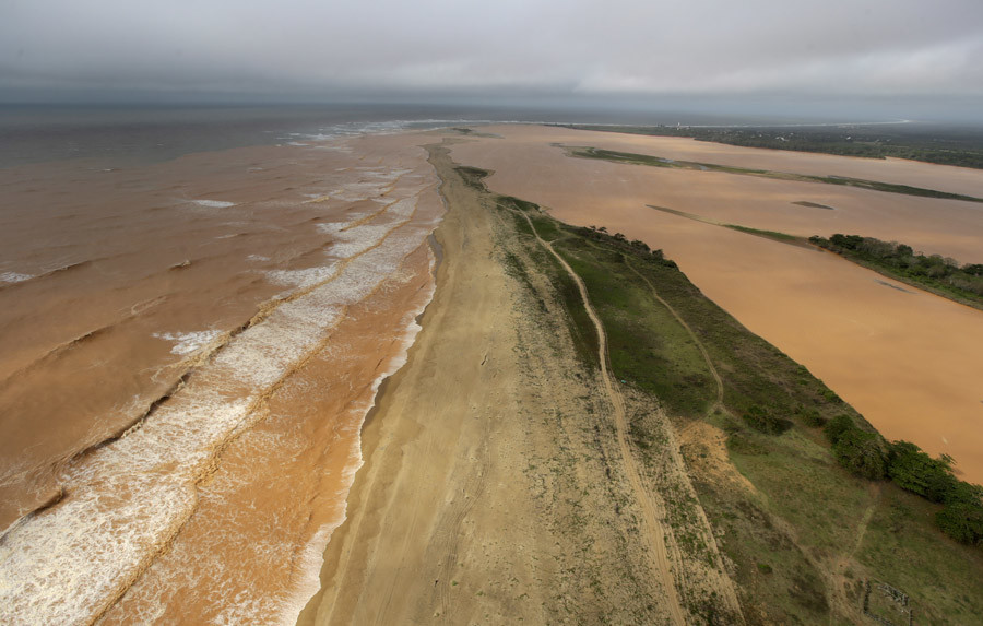 A general view the sea (L) and  Rio Doce (Doce River), which was flooded with mud after a dam owned by Vale SA and BHP Billiton Ltd burst, as the river joins the sea on the coast of Espirito Santo in Povoacao Village, Brazil, November 22, 2015. © Ricardo Moraes