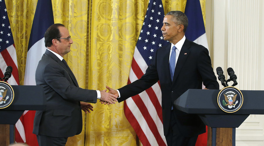 U.S. President Barack Obama (R) greets French President Francois Hollande during a joint news conference in the East Room of the White House in Washington November 24, 2015. © Carlos Barria