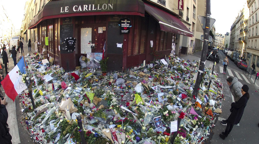 "People mourn outside ""Le Carillon"" restaurant a week after a series of deadly attacks in the French capital Paris, France, November 22, 2015. © Charles Platiau"